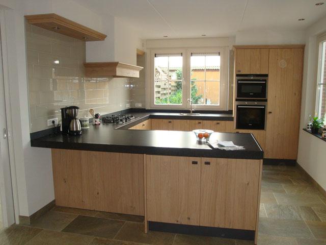 Oude keukenkasten verven: schilderen eiken keuken keukenkastjes.